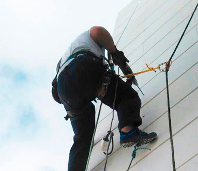 trabajos verticales limpieza de patios interiores y fachadas